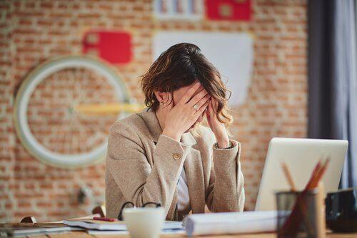 Mulher estressada e cansada
