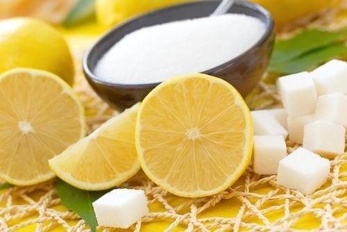 Esfoliar a pele com limão e açúcar