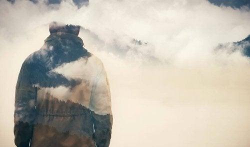 Homem na névoa