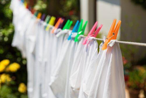 8 truques que vão devolver a cor branca às suas roupas