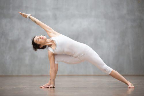 Mulher treinando sua flexibilidade