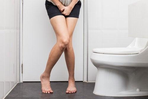 Mulher com vontades de urinar por causa de fibromas