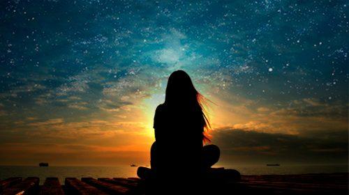 Mulher olhando para o céu