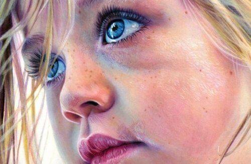 Criança de olhos azuis