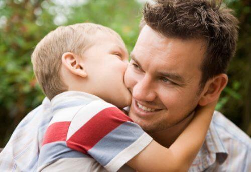 Filho beijando pai