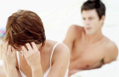 Mulher dolorida por fibromas