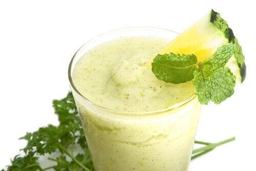 Suco verde de abacaxi e espinafre