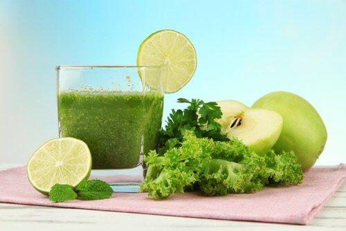 Suco verde para o café da manhã