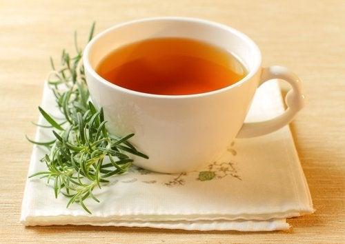O chá de alecrim pode ajudar a tratar a acne