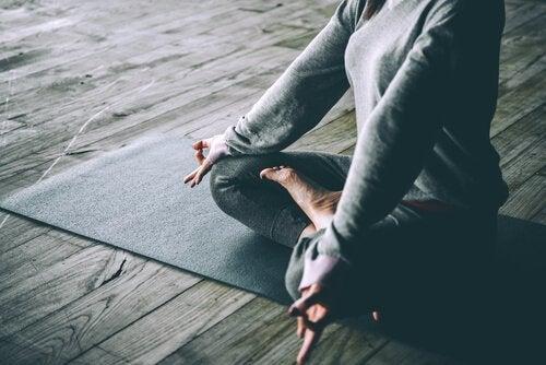 Praticar meditação pode ajudar na prevenção de fios brancos precoces