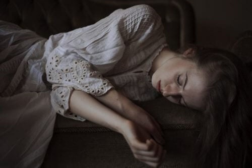 Mulher triste com complexo de Cassandra