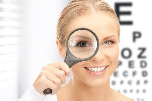 Mulher enxergando com visão direita