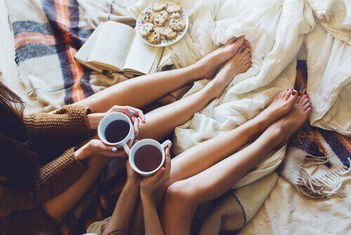 Amigas tomando café juntas para acabar com o estresse
