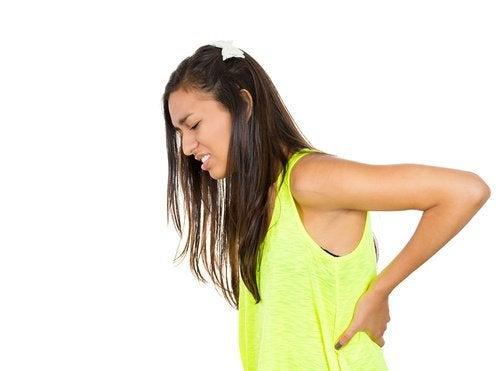 Mulher com dor na parte dos rins