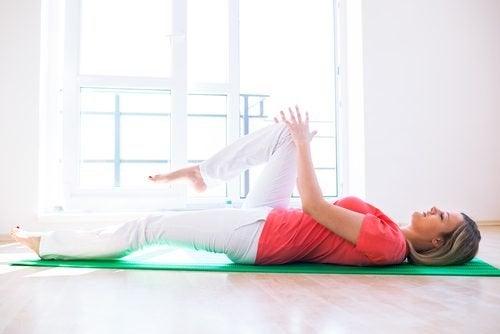 Mulher exercitando o joelho