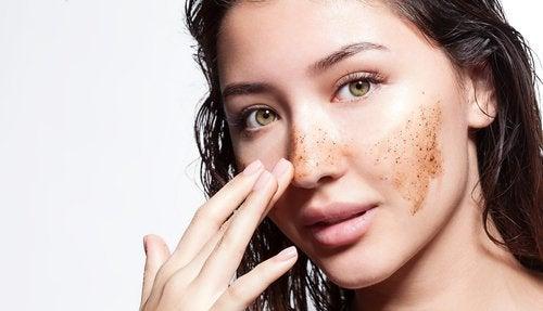 Mulher esfoliando a pele para evitar as sardas
