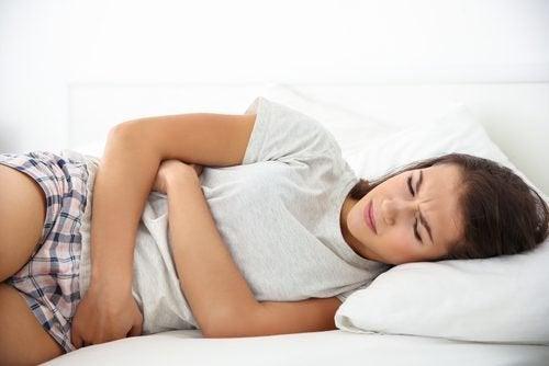 Moça com prisão de ventre por problemas de tireoide