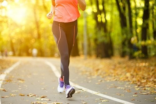 Mulher correndo sem dor no joelho