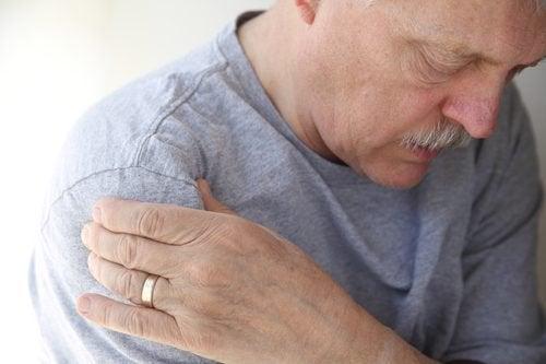 Homem com tendinite no ombro
