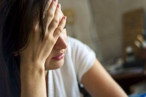 Mulher com dor de cabeça por causa de uma dieta vegana