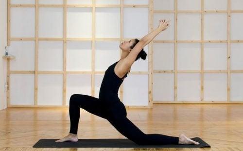 Postura de ioga contra cólicas menstruais