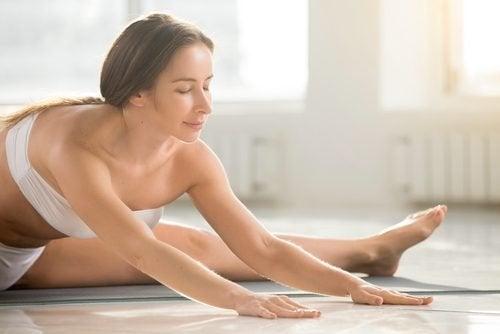 Postura de ioga para cólicas mnenstruais