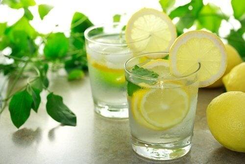 Beber água com limão é uma das maneiras de diminuir o inchaço abdominal