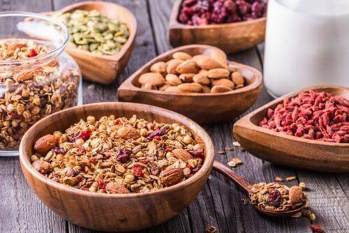 Consumir alimentos com fibras pode ajudar a diminuir o inchaço abdominal