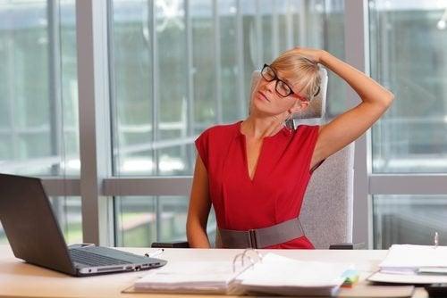 Alongamento contra dor no pescoço