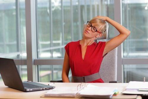 Alongas o pescoço no escritório