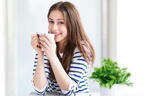 Mulher bebendo infusão de sementes de melancia