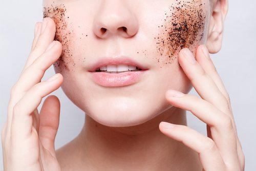 Esfoliar a pele pode ajudar a diminuir as rugas
