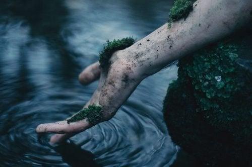 Mão suja e tóxica