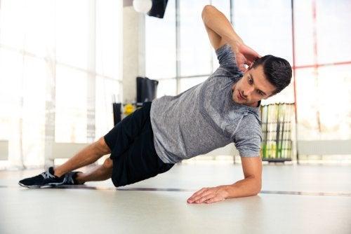 Exercício de push lateral para manter seu corpo em forma
