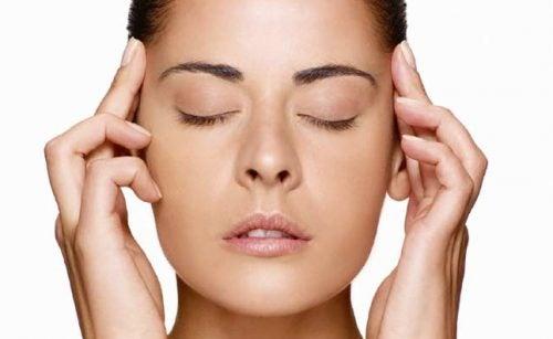 Massagem nas têmporas alivia os olhos