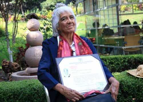 María Dolores Ballesteros, a mexicana de 80 anos que obteve seu terceiro diploma universitário