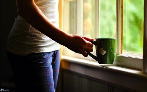 O consumo de chá produz mudanças epigenéticas na mulher para combater o câncer