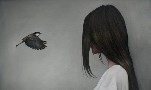 Mulher estressada com pássaro