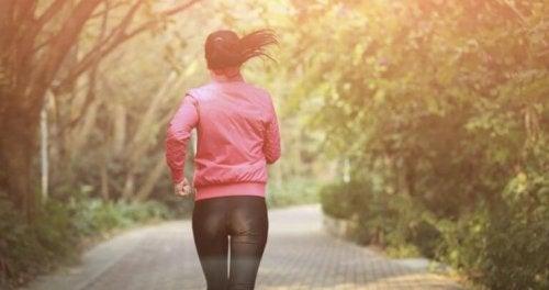 Mulher fazendo rotina de exercícios