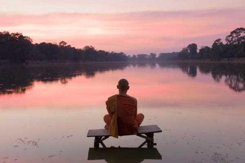 "Homem meditando na palavra ""Namastê"""