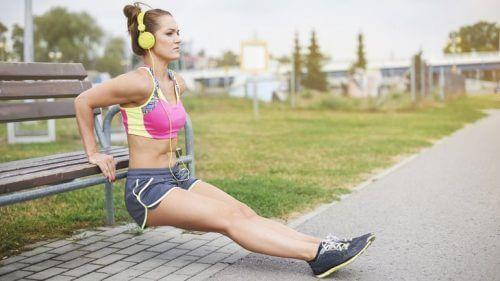 Mulher fazendo exercícios ouvindo música