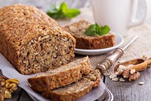 Delicioso pão de aveia, banana e nozes sem glúten e sem lactose