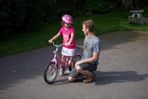 Pai e filha andando de bicicleta