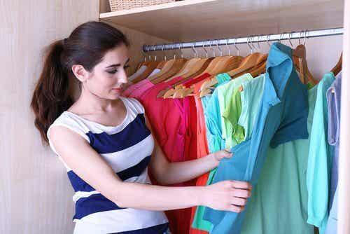 5 truques para dobrar as roupas e ter mais espaço no armário
