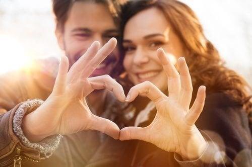 Casal feliz com sua relação