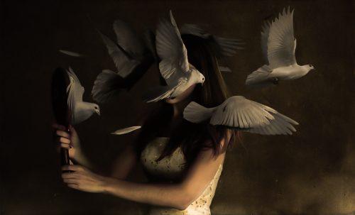 Mulher com complexo de Cassandra rodeada de pombas