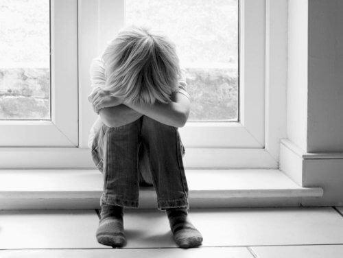 Menino triste com Síndrome de Asperger