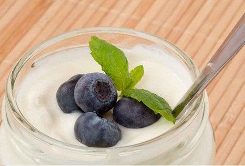 O iogurte ajuda a regular uma flora intestinal danificada