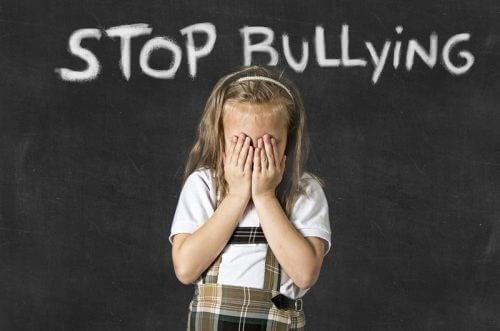 Cartaz que diz para parar o bullying