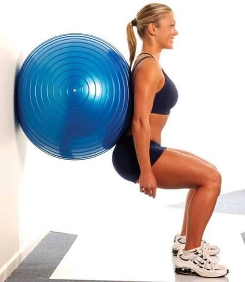 Moça fazendo exercícios para os glúteos